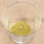 スプーン2杯程度のゴーヤ粉末をグラスに入れます